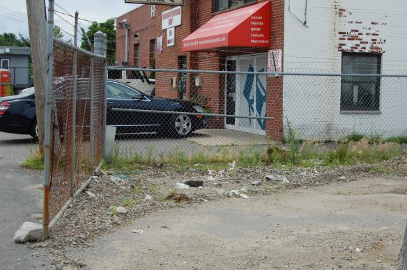 An auto body shop abuts the south side of 75 New St.